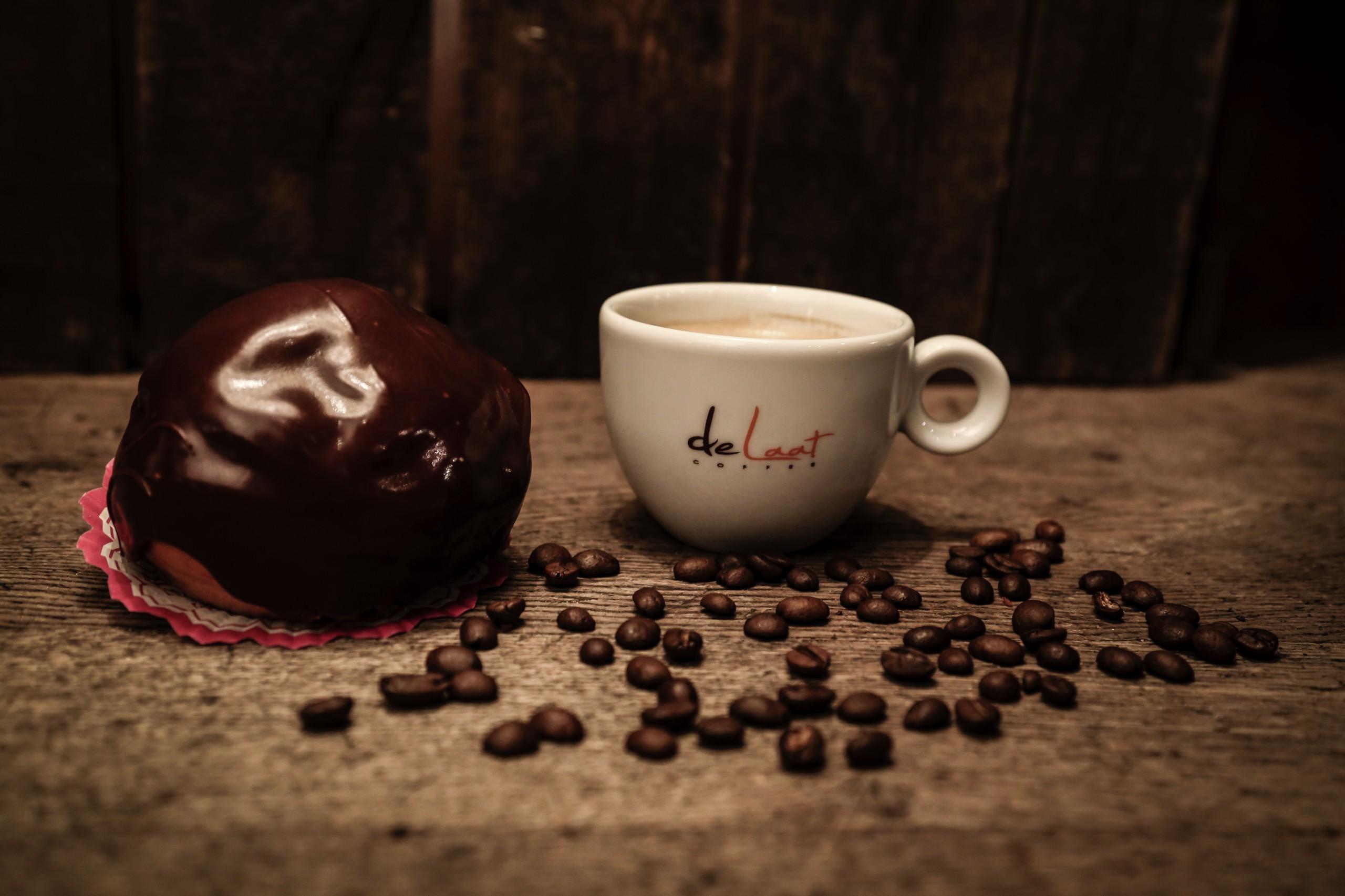 Koffie met chocoladebol
